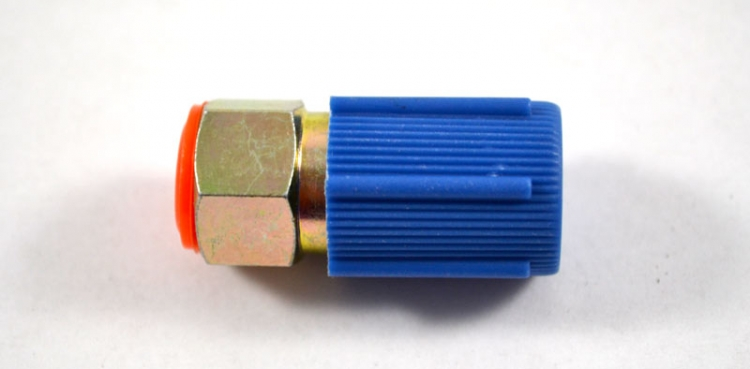 "AC122 | Straight Low Side Steel Fitting With Core 7/16"" - 20 Thread With Blue M8 x 1 Cap And Core"